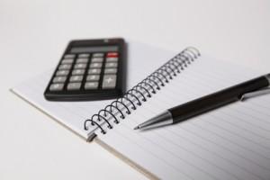 Notizblock mit Kugelschreiber und Taschenrechner